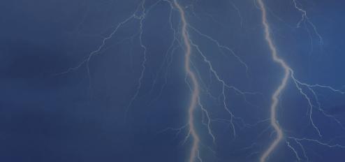 Image montrant des éclairs sur un ciel sombre. Elle reflète ma source d'inspiration.