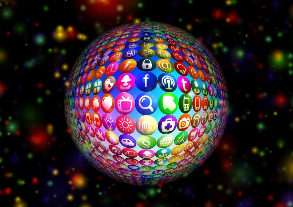 Image d'un globe recouvert des icônes de tous les réseaux sociaux et applications mobiles.